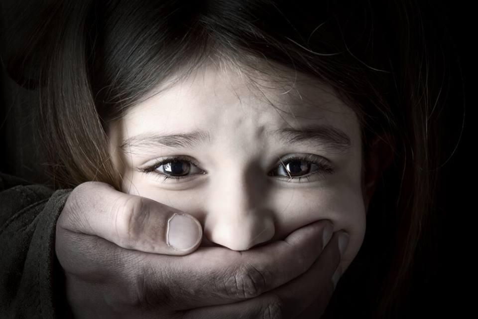 Pai evita violação da filha de 9 anos, indo ao encontro do pedófilo…