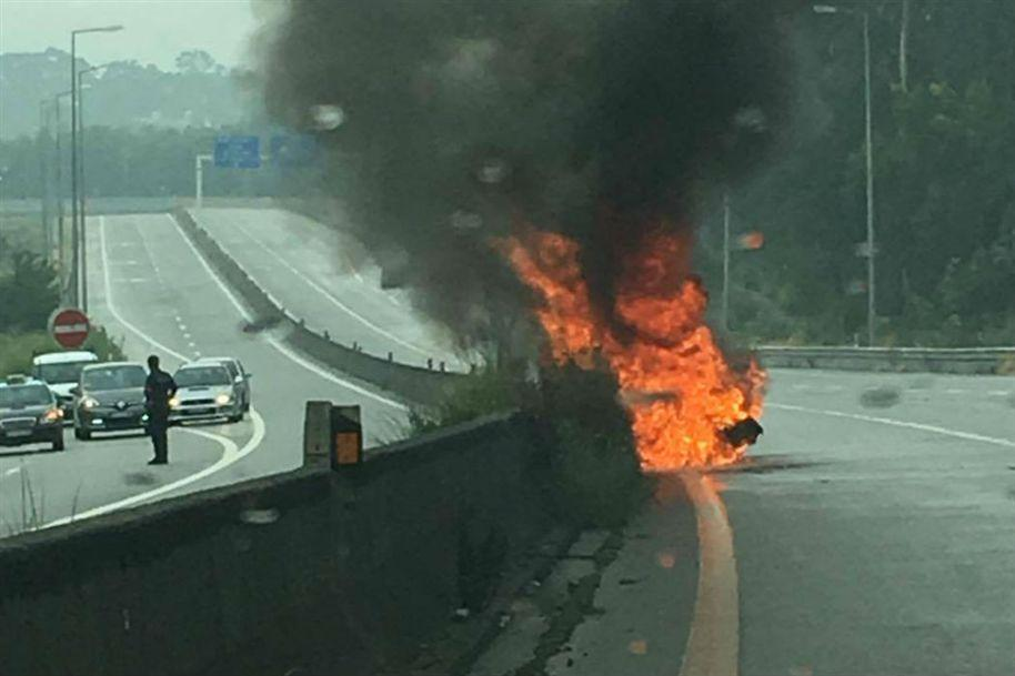 Carro a arder na via de acesso ao Aeroporto